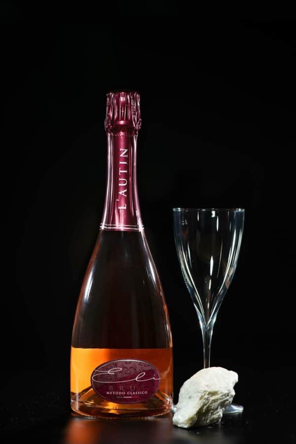 Eli Brut Rosé, spumante metodo classico con il suo bicchiere da degustazione.