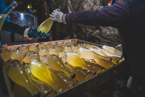 Eli Brut, spumante metodo classico affinato in miniera di talco.